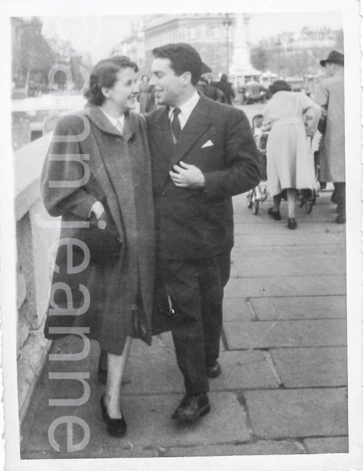 1953-00-00 - Mon père et Ma mère en vacances marchant sur un pont