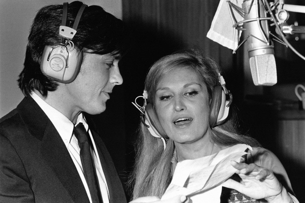 Alain Delon et Dalida enregistrant la chanson 'Paroles, Paroles' en 1973 . (Photo by Jean-Pierre BONNOTTE/Gamma-Rapho via Getty Images)