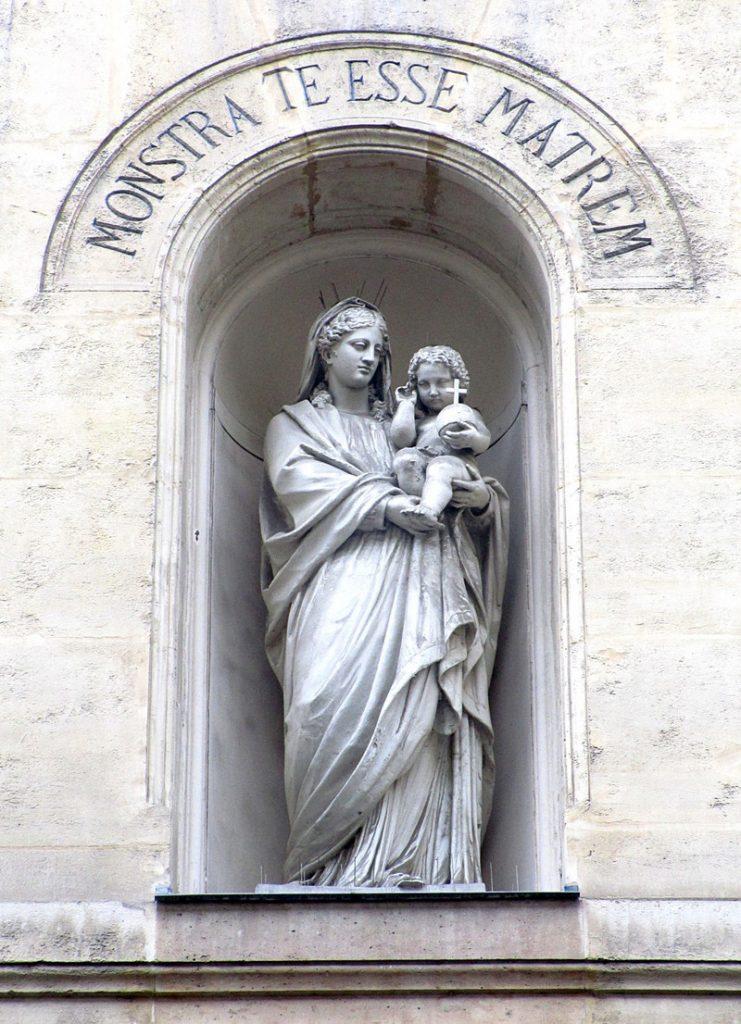 Chapelle_Medaille_Miraculeuse_Statue_au_dessus_du_porche_t.800