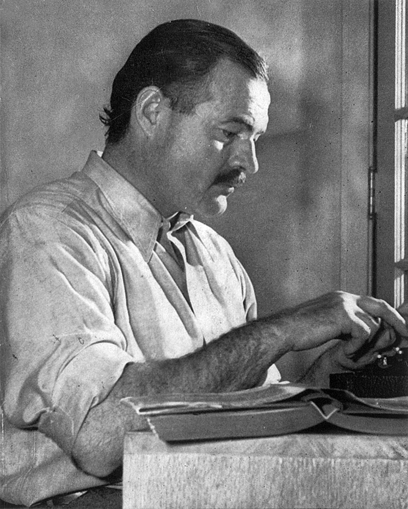 ernesthemingway-working-in-1939