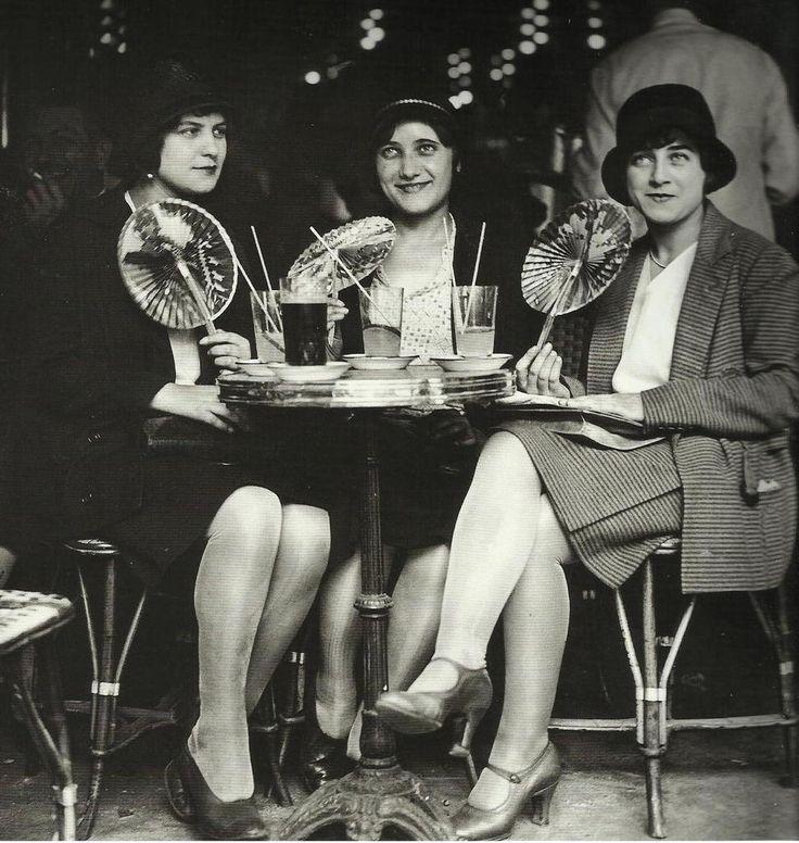 robe années 20 Trois jeune femmes à la terrasse d'un café parisien - 1928