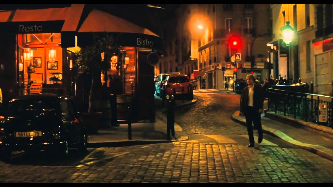 Gil walking in the Paris streets