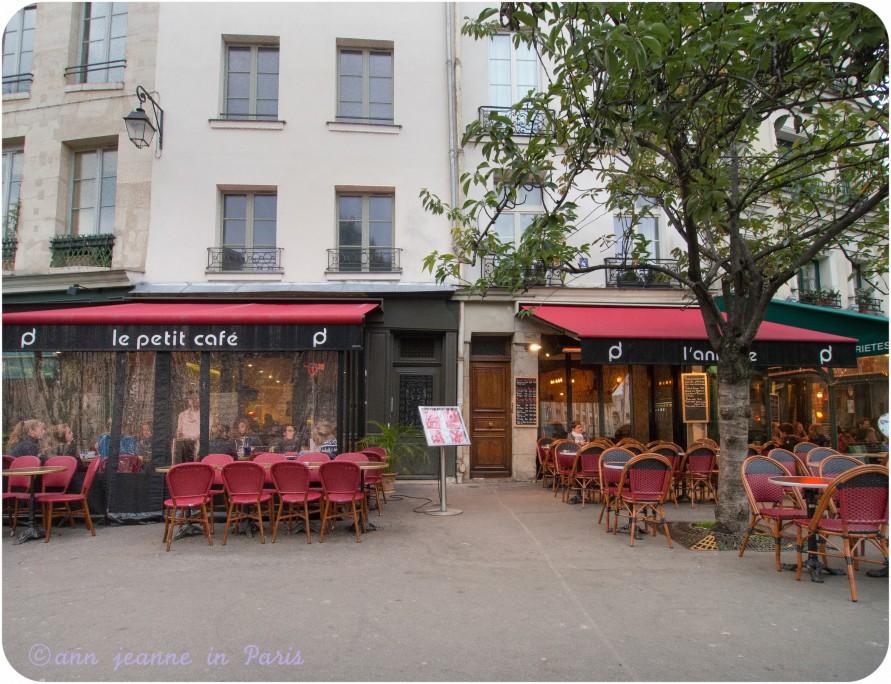 Café at the bottom of the Montagne Sainte Geneviève street